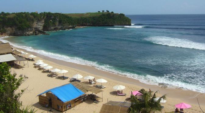 Pantai balangan Bali, adalah salah satu wisata pantai tersembunyi yang ada di Bali, memiliki pasir putih sangat bersih dengan air lautnya sangat jernih.
