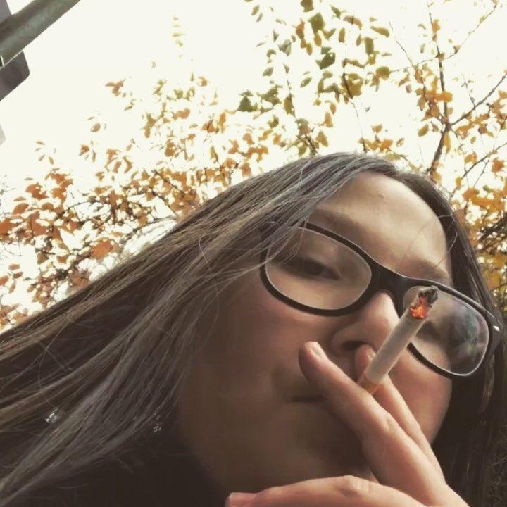 Pin su Young girls smoking cigarettes