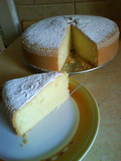 BABETA 25 dkg polohrubé mouky 22 dkg cukru moučka 4 vejce 1 dcl vody 1 dcl oleje 1 prášek do pečiva šťáva ze dvou citrónů nastrouhaná kůra z jednoho citrónu POSTUP: Žloutky+cukr do pěny, přidáme mouku + prášek do pečiva, pak vše ostatní, nakonec vmícháme sníh z bílků. Pečeme ve vymazané a vysypané dortové formě při 150 stupních - i méně, pečeme hodinku určitě (zkoušíme špejlí). Po upečení ihned pocukrujeme.