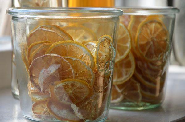 De droogtemperatuur voor citroenen is 57 graden. De beste manier om citroenen te drogen is in schijfjes. Koop citroenen die rijp zijn en lekker geuren.