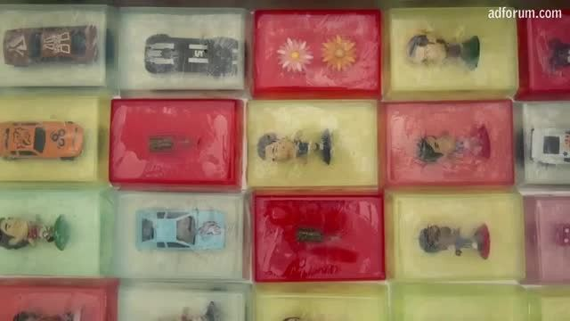 Um pequeno incentivo para crianças lavarem as mãos: brinquedos dentro do sabonete
