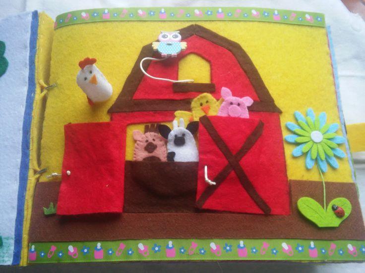 """Quiet Book - Livro Interactivo, pág 2  """"A quinta"""", com feltro, fita e outros apliques. Os animais são fantoches de dedos!"""