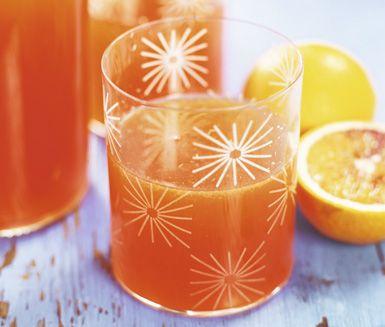 Gör din egen smakliga apelsinsaft med hjälp av apelsin, socker, citron och citronsyra. Riv skal från citron och apelsin, häll på kokande vatten och pressa ur juicen från frukterna före du silar den hemmagjorda saften. Supergott!