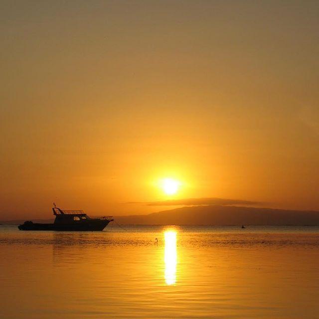 【sayuyu28】さんのInstagramをピンしています。 《#bali #sanur #beach #goodmorningbali #sunrise #sky #sun #instagood #朝空 #日の出 #海 #太陽 ・ 寒い朝は南の島を思い出して。》
