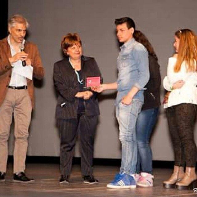 """I ragazzi dell'istituto tecnico di economia di Santa Maria Capua Vetere premiati per il loro componimento giornalistico con il direttore artistico del """" Non Tacerò Social Fest"""" Antonio Trillicoso -------------------------------------------------------------'------------Segui @nt_socialfest_2015 usa l' hashtag #nontacerosocialfest per creare una galleria di voci contro la #camorra"""