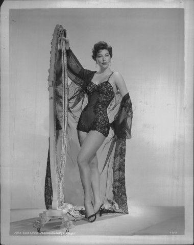 Una seducente Ava Gardner in lingerie nera negli Anni 50.