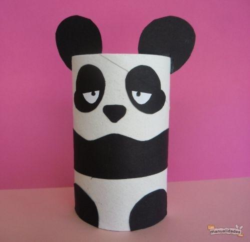 ¡Mira qué hermoso Panda para entretener a tus niños! Aprende a hacerlo con rollos de papel tras el enlace: http://www.lasmanualidades.com/6137/como-hacer-un-oso-panda-con-un-rollo-de-papel