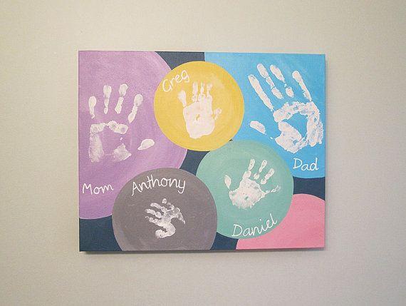 {Photo} Les empreintes de toute la famille y compris les parents! L'avantage de ce genre de disposition est qu'il est facile d'imaginer des empreintes en plus ou en moins pour adapter en fonction de la taille de la famille. Maman-c-bo