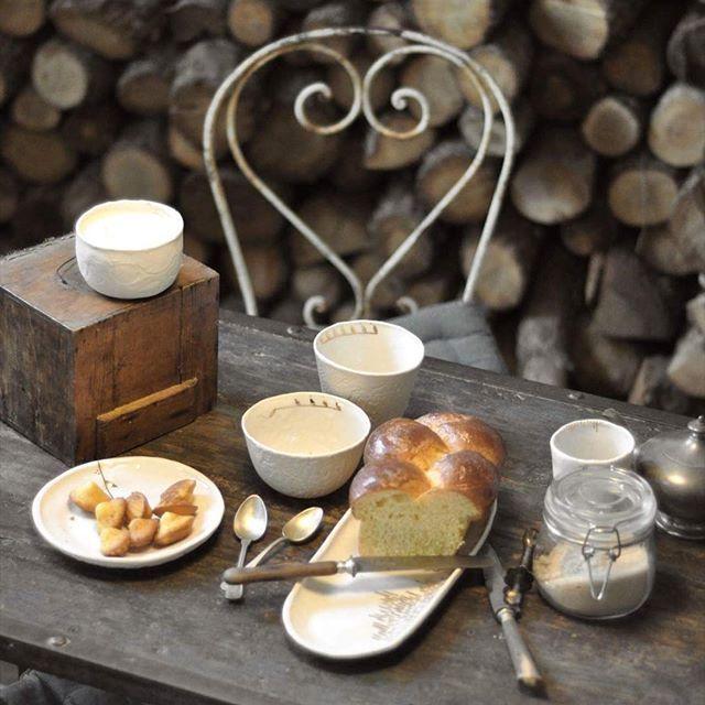 Le mercredi c'est permis! 🎉 . . #homesweethome #breakfast #tabletop #tableware #ceramics #porcelain #vessel #artdelatable #interiors #instahome #styling #craft #decorationinterieur #house #autumn #country #countryside #wabisabi #photography #@marierouraphotography #creditphotomarieroura #myriamaitamarceramics