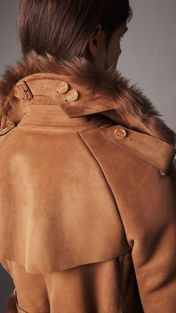 Langer Trenchcoat aus Lammfell (Dunkles Camelfarben) - Damen | Burberry