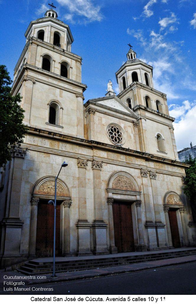 Situada frente al parque Santander, de estilo neoclásico, la hermosa edificación posee unos enormes vitrales importados, reconstruida después del terremoto de 1875.