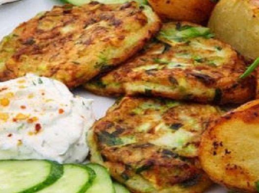 Υλικά 2 μέτριες πατάτες 1/2 κιλό κολοκυθάκια 1 κρεμμύδι, μικρό 1 αυγό 3 κουταλιές της σούπας αλεύρι, 1 κουταλάκι γλυκού μπέκιν πάουντερ Μια χούφτα φύλλα φρέσκου δυόσμος, ψιλοκομμένα Λάδι για το τηγ...
