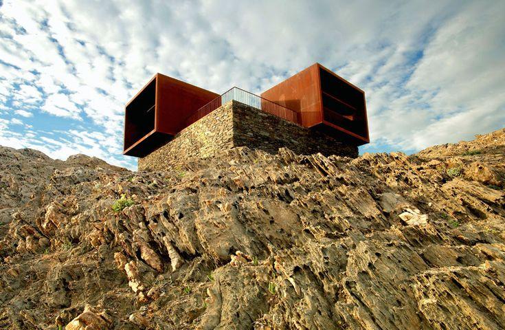 PARATGE DE TUDELA, CABO DE CREUS (GIRONA) / EMF Y ARDÈVOLS ASSOCIATS. Viento, piedra, mar. Estos dos cubos de acero corten que miran al Medi...