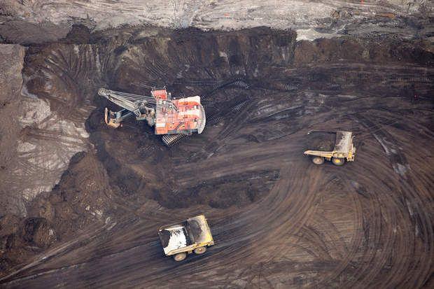 D'énormes grues récoltent les hydrocarburesAvec son godet capable d'arracher d'un coup jusqu'à 100 tonnes de sables bitumineux, cette grue charge en quelques pelletés les camions Caterpillar. En Alberta, la moitié des hydrocarbures sont récupérés de la sorte, comme dans une mine à ciel ouvert.