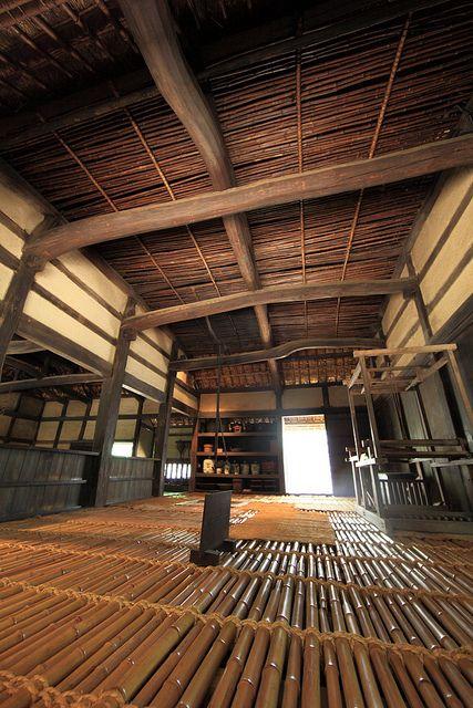 竹の床が痛そうだけど、やっぱりこの手の建築は落ち着く