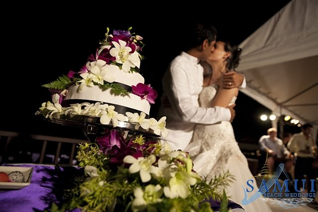 It is very important to choose the right style wedding cake that suites your personality and wedding style or theme. The wedding cake has to fit the couples theme, style and personality.