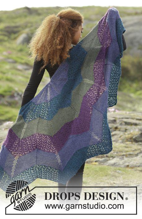 Gebreide DROPS omslagdoek met zigzagpatroon, kantpatroon en strepen van Alpaca. Gratis patronen van DROPS Design.