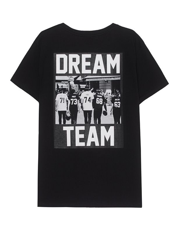 """Baumwoll-T-Shirt mit Print Schwarzes T-Shirt aus hochwertiger Baumwolle im geraden Schnitt mit Rundhalsausschnitt, etwas tieferen Schulternähten und schwarz-weißem """"Dream Team""""-Aufdruck auf dem Rücken.  Ein Statement-Piece für alle Dream-Teams in der Welt!"""