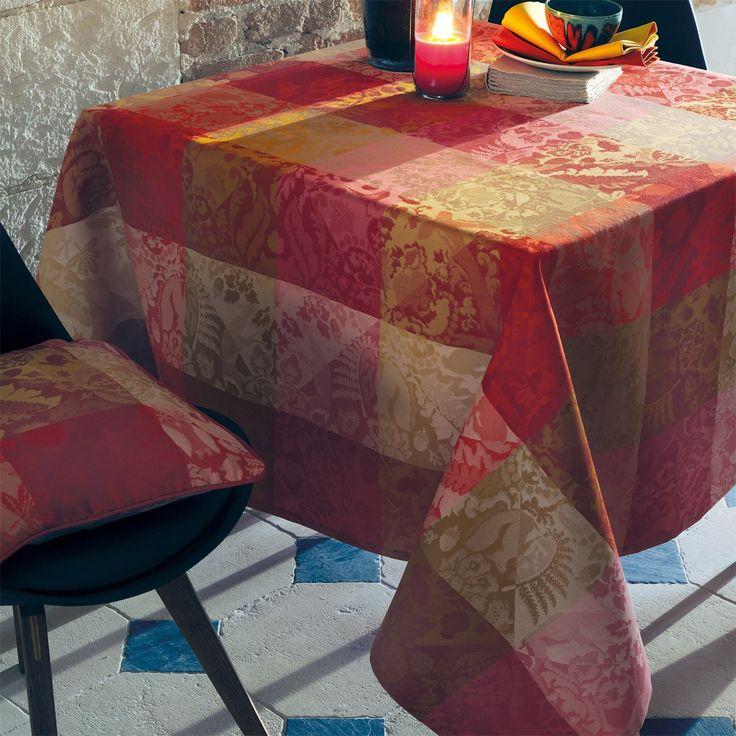 Unabhängig von Größe und Form des Tisches bieten wir Ihnen runde, ovale oder auch Tischdecken in Sondermaßen für überlange Tische an. Tischläufer, Tischsets und Servietten runden unsere Konfektion ab. Wir verfügen ständig über ein umfangreiches Sortiment an Meterware in Baumwolle oder beschichteter Baumwolle (Enduit) und fertigen Ihnen alles an, was einen stilvoll gedeckten Tisch ausmacht.