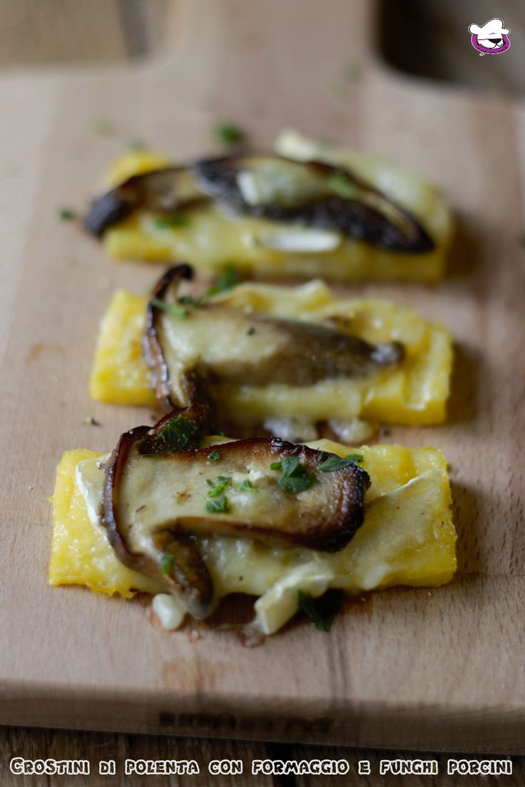 Crostini di polenta con formaggio e funghi porcini