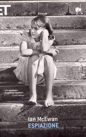 Lo spettacolo per il quale Briony aveva ideato locandine, programmi e biglietti, costruito il botteghino con un paravento sbilenco e foderato di carta rossa la cassetta dei soldi, era opera sua, frutto di due giornate di una creatività tanto burrascosa da farle saltare una colazione e un pranzo. Quando ebbe concluso i preparativi, non le restò altro da fare che contemplarne la stesura definitiva e aspettare di veder comparire i suoi cugini dal lontano nord.