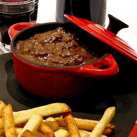 Limburgs zoervleis, zuurvlees. Een stoofpot van malse stukjes rundersukade, gemarineerd en daarna gestoofd in rode wijn en rodewijnazijn. Bijzonder is dat de saus gebonden wordt met ontbijtkoek. Daarin zitten precies de suiker, het bindmiddel en de specerijen, die zuurvlees zo verrukkelijk maken. Geef er zelfgemaakte frietjes bij en geniet!