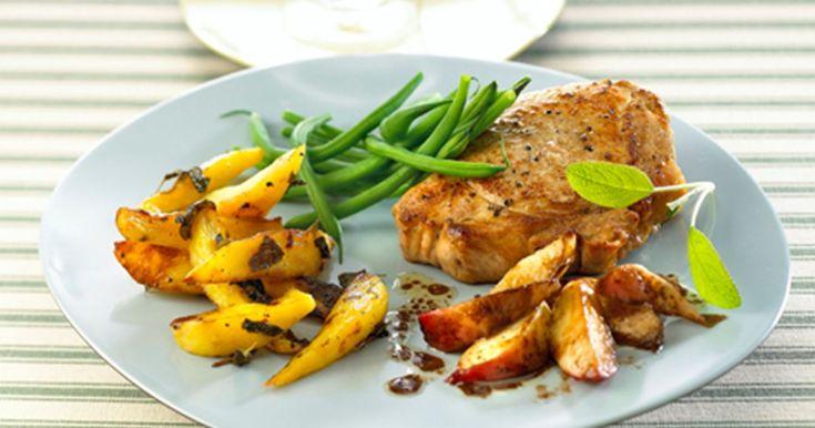Glæd dig til at nyde lækre svinekoteletter, salviekartofler og dejlige ferskner! Opskriften på svinekoteletter og ferskner med balsamico smager fantastisk!