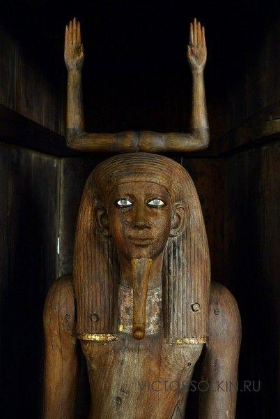 Статуя Ка - жизненной силы - царя Ауибра Хора. Кедр, инкрустации, золото. 18 в. до н.э. Каир, Египетский музей. (с) Фото - Виктор Солкин, 2016.