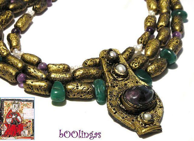Las joyas de principios de la Edad Media han sido etiquetadas como poco refinadas en comparación con los estilos bizantinos, aunque algunos ejemplares de joyas irlandesas son exquisitas. Posteriormente, su elaboración fue una tarea mas artesana. El oro era el material mas frecuente y se empleaba para pulseras, collares y anillos.64