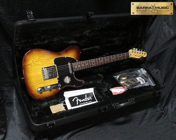 Guitarra Fender American Standard Telecaster com captação na configuração SS. Escala Rosewood. Disponível na cor Cognac Burst.