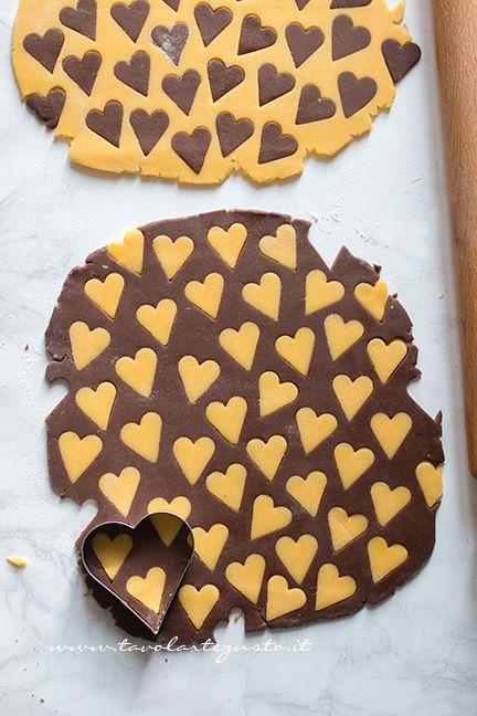 Aggiungere all'impasto al cacao i cuoricini alla vaniglia - Biscotti vaniglia e cacao
