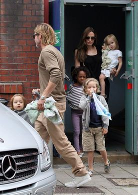 brad & angelina's kids and baby blankets how adorable brad is even caring one for his kids...TaDish!