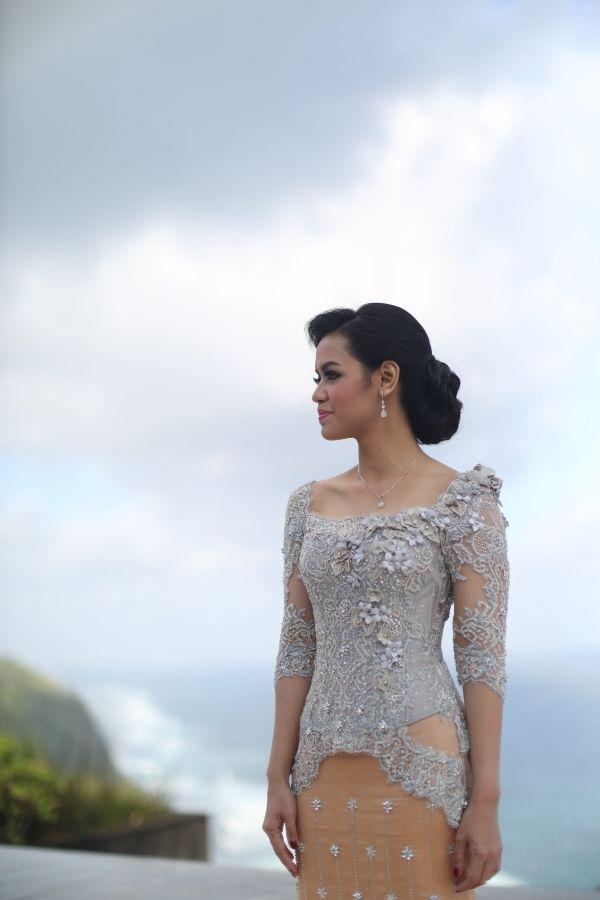 Mathilda's Dream Wedding at The Edge, Uluwatu. Kebaya by Vera Kebaya - www.thebridedept.com
