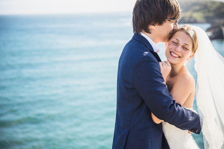 Счатливы, лёгкий поцелуй (или нет=)) жениха. Невестам нравятся такие фоточки.