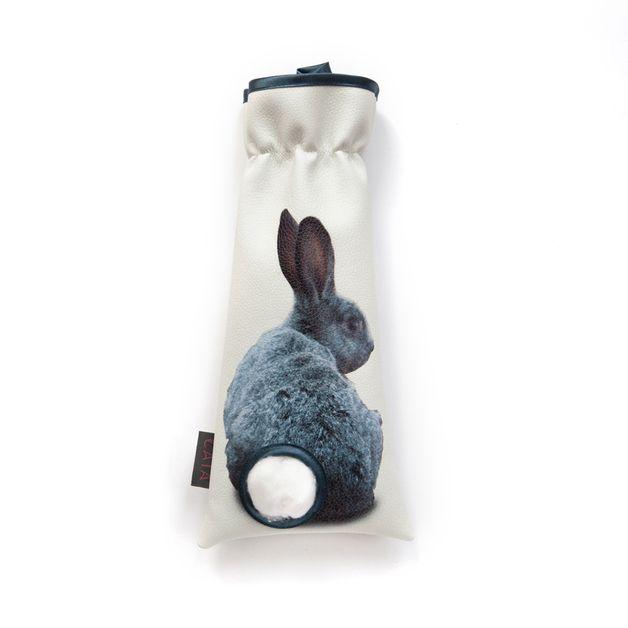 Diesem Hasen kann man nicht die Ohren anknabbern. Dafür darf man aber ausnahmsweise an seinem Schwanz ziehen - denn dieser wächst immer wieder nach ;)  Wattebällchenspender aus Kunstleder. Von...