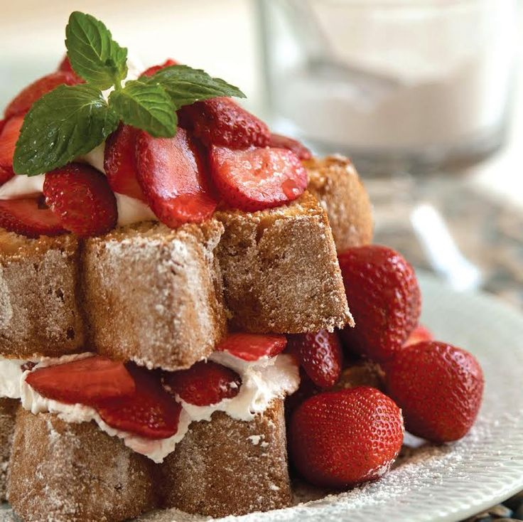 Pandoro Strawberry Shortcake