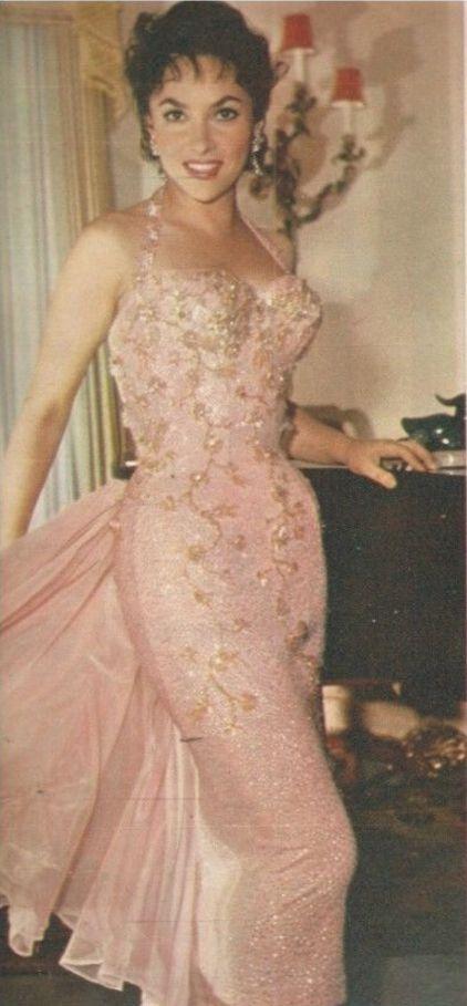 Gina Lollobrigida, love her gown. .Джина Лоллобриджида