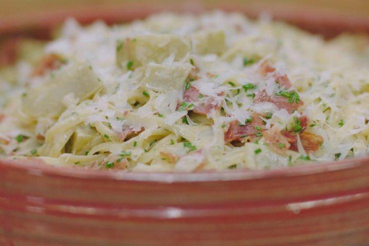 Wie verzot is op de unieke smaak van artisjok zal deze pastaschotel met veel plezier op z'n bord zien verschijnen. Doe een beetje moeite om de artisjokken te ontmantelen, tot enkel de smakelijke bodems overblijven. Gaar ze in een romige saus, voeg gebakken Italiaans spek toe en heel veel fijne bieslook. Meng er slierten fijne lintpasta doorheen, vergeet de Parmezaanse kaas niet en geniet!