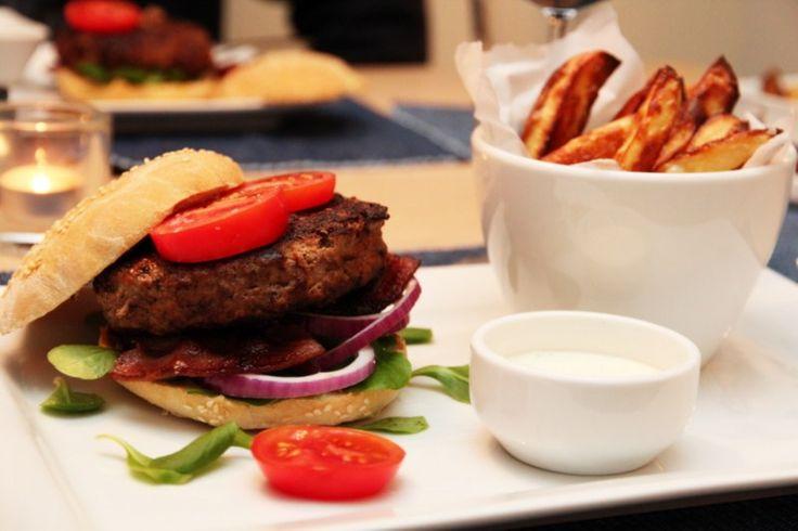 Chiliburger med bacon, ovnsstekte poteter og hvitløkskrem