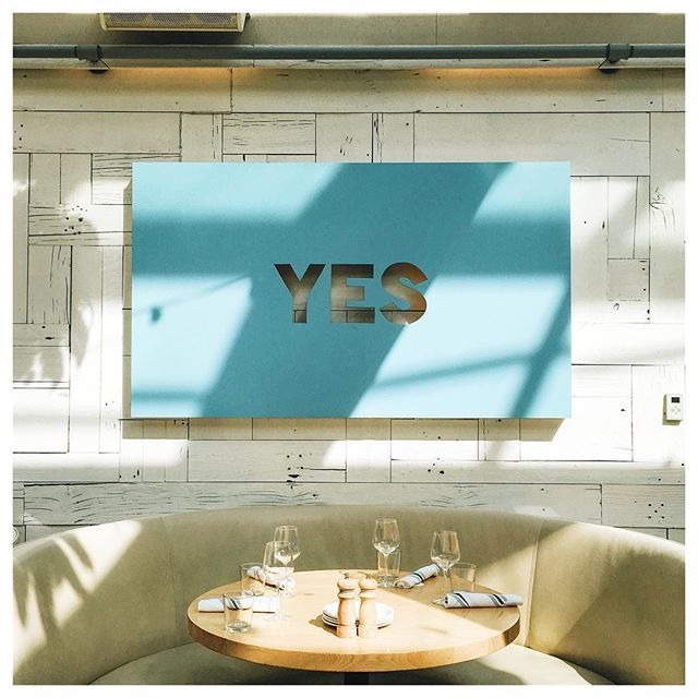 Positive vibes only at Summer House Santa Monica in #Chicago's Lincoln Park - a gorgeously light and airy space to enjoy a meal or have some drinks... You'll truly feel like your at a beach restaurant in Cali. Chicago City Guide coming soon to @thehollyday_ #YES #humpday #thehollyday #chicagocityguide #lincolnpark #summerhouse #spring #patioweather