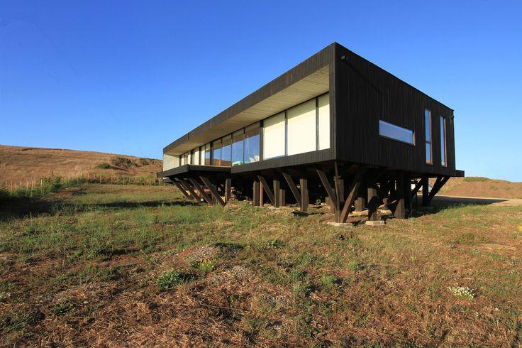 Construido en 2015 en Matanzas, Chile. Imagenes por Josefina Irarrázaval A.. El proyecto se emplaza en un sector alto de la localidad de Matanzas, en la VI región, Chile, con suaves pendientes y fuerte exposición a los vientos...