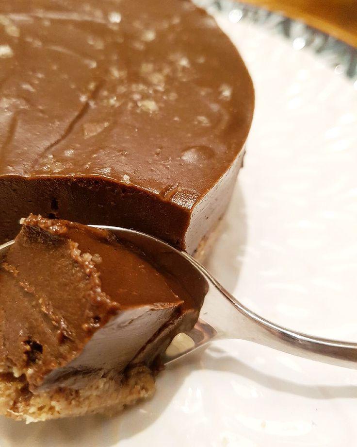 I denna festliga mumsbit (utan mjölk, gluten, vitt socker eller ägg) gifter sig radarparet choklad och havssalt ännu en gång! På en nötig botten vilar raw, krämig chokladfudge med perfekt stänk av sälta. Och även om den är så god att man bara vill fortsätta äta så är den höga andelen av fina fetter mättande…