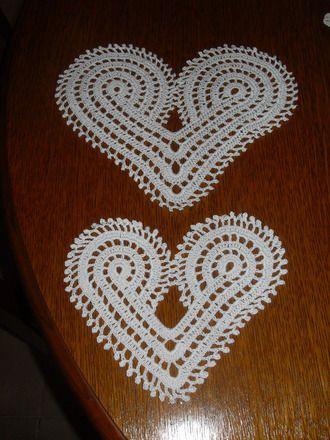 lot de 2 napperons coeurs au crochet dimensions différentes fait main avec du coton  fin, bel aspect idéals pour une applique sur un coussin dimensions 25 cm large 21 cm haut - 18595292