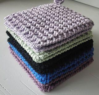 Jeg har alltid flere strikke og hekle prosjekter gående på en gang. Så innimellom alt annet har jeg heklet noen grytekluter i vaffeltekn...