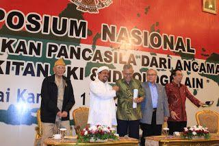 """PKI Bangkit Lagi Ini Indikasinya Menurut Habib Rizieq Syihab.  FPI Online Jakarta - Partai Komunis Indonesia (PKI) tak dapat dipungkiri kini telah bangkit kembali. Indikasi kebangkitan PKI dibeberkan Imam Besar Front Pembela Islam (FPI) Habib Muhammad Rizieq Syihab dalam Simposium Nasional Mengamankan Pancasila dari Ancaman Kebangkitan PKI di Balai Kartini Jl Gatot Subroto Jakarta Rabu (01/06/2016).   """"Kita menyayangkan ada pihak-pihak yang mengatakan bahwa gerakan komunis sudah tidak ada…"""