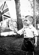 Pierre Bourgault tenant un drapeau britannique, vers 1939
