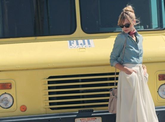 streetStreet Fashion, Street Style, White Maxis, Denim Shirts, Long Skirts, Feminine Skirts, Long Feminine, White Skirts, Maxis Skirts