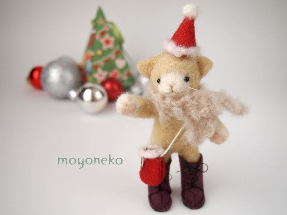 クリスマスの帽子をかぶり、薄ベージュのマフラーとブーツの形のポシェット、臙脂色のブーツでおめかしした羊毛フェルトの黄色いねこです。鼻の周り、手先、尻尾の先は白... ハンドメイド、手作り、手仕事品の通販・販売・購入ならCreema。
