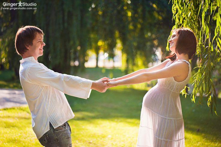 беременная пара в лучах солнца