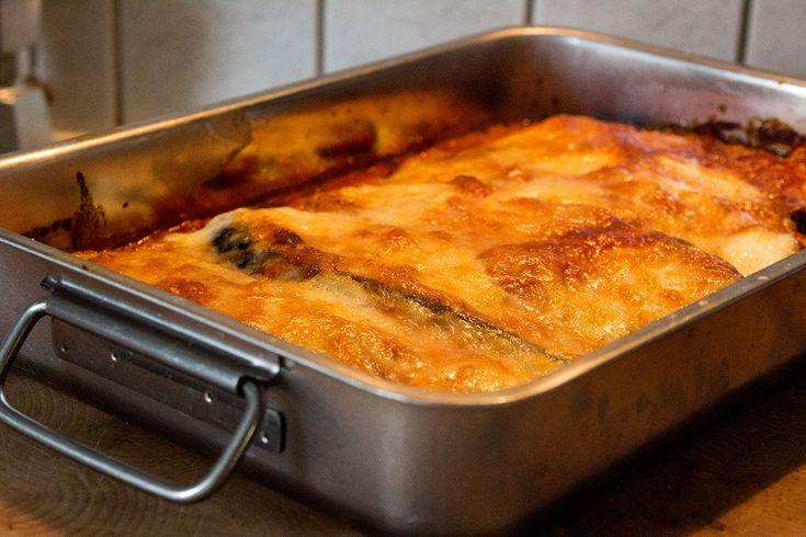 Als ich letztes Jahr in Italien war, lernte ich die Parmigiana di melanzane kennen und lieben. Heute – doch ein paar Monate später – war es endlich an der Zeit für die erste selbstgemacht Parmigiana di melanzane (oder soll ich Melanzani-Lasagne sagen). Für das Nachkochen müsst ihr ein bißchen über eine Stunde einkalkulieren aber es lohnt sich – und 30-40 min ist ja Backzeit. Ähnliche Beiträge